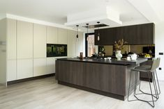 Modern handleless kitchen with an island | Family kitchen in London, UK  |   Kitchen by Elan Kitchens, 55 New King's Road, London, SW6 4SE.  Tel: 020 7384 0511  Email: info@elankitchens.co.uk Website: www.elankitchens.co.uk Kitchen Interior, Kitchen Design, Hampstead London, Handleless Kitchen, Family Kitchen, Autumn Inspiration, Kitchen Island, Home Improvement, Home And Family