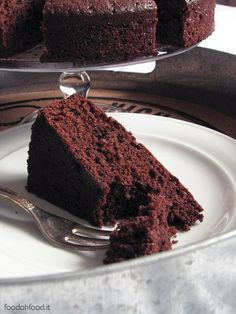 This chocolate and olive oil cake is intense, sweet, moist, with a delicate orange aftertaste thanks to the addition of orange marmalade in the batter. Death By Chocolate, Chocolate Heaven, Chocolate Olive Oil Cake, Vegetarian Comfort Food, Italian Cake, Best Italian Recipes, Most Delicious Recipe, Recipe For 4, Homemade Cakes