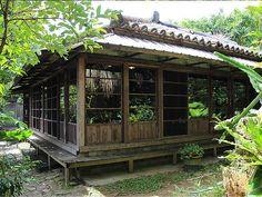 那覇市首里の高台にある沖縄そば屋。石垣や庭は当時のままで、昭和29年(1954年)に家だけを建て直した赤瓦の古民家である。その後、祖先が住んでいた空き家を改装し、2005年に「しむじょう」を開店。 見た目ほど営業の歴史は古くないが、古民家の風情と展望の良さ、そして沖縄そばの味が口コミから広がり、週末は駐車場が...首里の高台にある沖縄そば屋赤瓦の古民家「しむじょう」