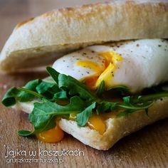 Poached Egg Sandwich (in Polish) Wrap Recipes, Egg Recipes, Cooking Recipes, Egg Sandwiches, Poached Eggs, Best Breakfast, Bagel, Good Food, Bread