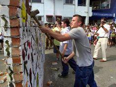 Estudantes simulam destruição do Muro de Berlim para comemorar os 10 de sua queda, em Taipei, Taiwan, em outubro de 2000  Foto: AFP