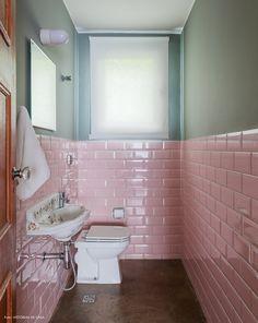 Lavabo com meia parede cinza e subway tiles na cor rosa.