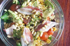 Salade met ei, ontbijtspek en avocado