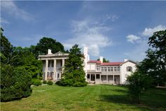 10 Most Beautiful Historic Southern Plantation Homes You Can Visit. If experiencing the storied history and architectural beauty of a southern plantation home is in your future, then these charming historical Southern plantations should not be missed: Southern Plantation Homes, Southern Mansions, Southern Plantations, Plantation Houses, Southern Homes, Shirley Plantation, Belle Meade Plantation, Magnolia Plantation, Beautiful Homes