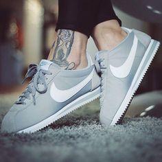 Nike Cortez et tatouages à la cheville