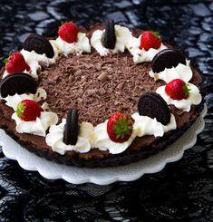 Lättbakad chokladpaj med frasig oreobotten och krämig chokladmousse. Ingen ugn behövs, ljuvligt god och enkel att baka. En riktig höjdarkaka! 10-12 bitar 2 pkt oreo chokladkex med vit fyllning (ca 310 g) 1o0 g smält smör Chokladmousse: 200 g mörk choklad 3,5 dl grädde 0,5 tsk vaniljsocker Förslag på topping: 2 dl vispad grädde Bär Riven mjölkchoklad Oreokex RECEPT PÅ CHOKLADPAJ MED HALLON HITTAR DU HÄR! Gör såhär: Börja med pajskalet: Smält smöret och ställ åt sidan. Mixa chokladkexen fint i… Pudding Desserts, 20 Min, Churros, Biscotti, Parfait, Nutella, Tiramisu, Acai Bowl, Mousse