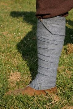 Winingas (an Old English word that refers to the act of winding) are long strips of wool cloth worn wrapped round the calf. They were common
