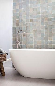 Prachtige moderne badkamer inspiratie met een vrijstaand glanzend bad en vrijstaande RVS badkraan. De zelliges op de achtergrond zijn prachtig. De marokkaanse tegels. Mooie badkamer inrichting. #skypejebadkamer