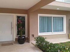 Gostei da janela, em alumínio, com uma moldura. A cor da parede, tbm combinou com a moldura e os detalhes em branco. Exterior Trim, Exterior Colors, House Elevation, House Doors, Facade House, Home Goods, Zen House, Window Design, Tropical Houses