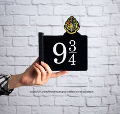 DIY HARRY POTTER Plataforma 9 ¾ 2 placas - Hogwarts Express - Decoração Geek.   Decoração geek, Harry Potter diy, Harry Potter decor, faça você mesmo, placas decorativas, bonitezas, tutorial, room decor, home decor.