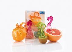 »FRESH VITAMINS Geschenk-Set von #Koziol:  Frische Vitamine x 3 - jetzt im schönen Geschenkset. So macht EMMA P. das #Orangenschälen zum Vergnügen. Die kleine Klinge schneidet mühelos in die Schale, ohne das Fruchtfleisch zu berühren. Mit PINK sind #Grapefruits einfach ein Genuss, der gezahnte Löffel erleichtert das Herauslösen des Fruchtfleisches. KIWI ist weit mehr als nur ein #Löffel. Mit der Schnabelspitze wird die #Kiwi rundum eingeritzt und beide Hälften einfach gegeneinander verdreht.