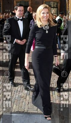 Princess Maxima looks so elegant in a simple gown, the simplicity sets off the necklace and earrings perfectly.