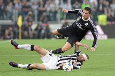 La domenica sportiva: Il difensore della Juventus Giorgio Chiellini entra in scivolata sull'attaccante del Real Madrid Cristiano Ronaldo, durante la semifinale di andata di Chmpions League, vinta per 2 a 1 dalla Juventus, il 5 maggio a Torino - Il Post