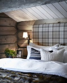 We already choose Extremely cozy and rustic cabin style living rooms, bedroom and overall Home Interior Design Inspirations. Each space differs, just with the appropriate furniture, you can readily… Cozy Cabin, Cozy House, Winter Cabin, Cozy Cottage, Cabin Homes, Log Homes, Cabin Interiors, Cabin Design, Home Interior Design