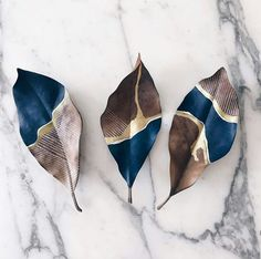 These are painted leaves, but could you make ceramics? - Hazal Soyer - # a… - Salt dough recipes - These are painted leaves but could you make ceramics? Hazal Soyer These are painted leaves but - Creation Deco, Painted Leaves, Painting On Leaves, Hand Painted, Leaf Art, Nature Crafts, Art Nature, Art Plastique, Ceramic Art