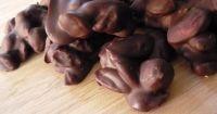 Συνταγή για Σοκολατένια βραχάκια με 3 υλικά! από την κατηγορία Κεράσματα με βαθμό δυσκολίας Πολύ εύκολη. Τρόπος μαγειρέματος: Χωρίς μαγείρεμα