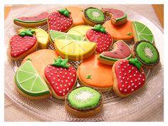 Fresas, naranjas, kiwis, rodajas de sandía y gajos de lima y limón.