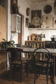 This corner of our kitchen is one of my favorites. I love bentwood chairs and .- This corner of our kitchen is one of my favorites. I love bentwood chairs and would like to have some old ones with great patina for … – my future home Mismatched Dining Chairs, Industrial Dining Chairs, White Dining Chairs, Bentwood Chairs, Dining Table, Küchen Design, Home Design, Design Shop, Design Ideas