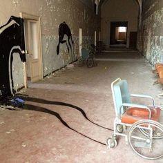 Hospital psiquiátrico abandonado em Parma, na ItáliaAs pinturas de sombra foram pintadas na parede pelo artista Herbert Baglione e definitivamente colaboram com a bizarrice do lugar já assustador