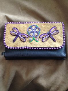result for simple moccasin pattern beading Native Beading Patterns, Bead Embroidery Patterns, Beadwork Designs, Native Beadwork, Beaded Embroidery, Beaded Purses, Beaded Bags, Nativity Crafts, Beaded Crafts
