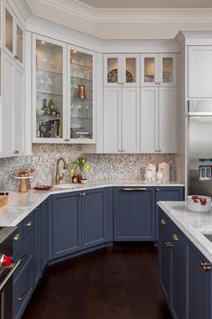 Two tone kitchen design with white uppers and blue lower cabinets. White counter tops and gold accents. Two Tone Kitchen Cabinets, Kitchen Cabinet Colors, Kitchen Redo, Home Decor Kitchen, Interior Design Kitchen, New Kitchen, Home Kitchens, Dark Cabinets, Blue Kitchen Ideas