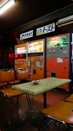 Public paradise Sukubo Showa hotel and old-fashioned vending machines Niigata prefecture Tsubame-shi Aesthetic Japan, City Aesthetic, Japanese Aesthetic, Retro Aesthetic, Mode Vintage, Retro Vintage, Film Photography, Street Photography, Japan Street