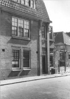 1944   Piersonstraat no.51. Het kleine onderste gedeelte van dat huis wat overbleef, werd later gebruikt door bakker Piet Sanders.