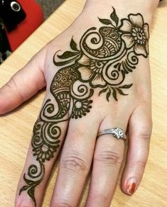 Mehndi henna designs are always searchable by Pakistani women and girls. Women, girls and also kids apply henna on their hands, feet and also on neck to look more gorgeous and traditional. Henna Hand Designs, Eid Mehndi Designs, Mehndi Designs Finger, Latest Arabic Mehndi Designs, Mehndi Designs For Beginners, Modern Mehndi Designs, Mehndi Designs For Fingers, Mehndi Design Photos, Wedding Mehndi Designs