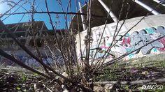 Das Video Left Behind von YouTube Nutzer Charpu fliegt kreuz und quer durch eine Bauruine und schrammt regelmässig an einem Zusammenprall mit Mauern und Pfosten vorbei. Als Drohne hat Charpu die QAV250 von Lumenier verwendet. Der 34-Jährige ist bekannt dafür, mit Kameras bestückte Flugobjekte mit wagemutigen Aktionen durch unwegsames Gelände zu schicken. Wer seine Videos [ ]