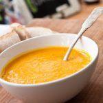 Suppe aus Hokkaidokürbis, Zucchini und Tomaten
