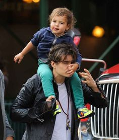 Orlando Bloom's son picked his nose for him. and Orlando Bloom's son picked his nose for him. Cute Celebrities, Celebs, Nose Picking, Hot Dads, My Guy, Johnny Depp, Celebrity Crush, Celebrity Guys, Toddler Girls