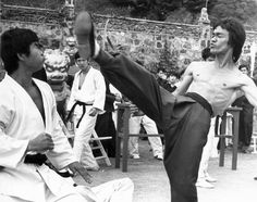 Enter The Dragon Robert Clouse) Martial Arts Movies, Martial Artists, Bruce Lee Pictures, Bruce Lee Martial Arts, Enter The Dragon, Batman Art, Tai Chi, Kung Fu, Karate