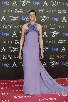 Dafne Fernández con un vestido lila de escote halter adornado con flores de The 2nd Skin Co.