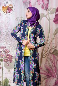 bedruckte lange Kimono-Strickjacke, Long Kimono Hijab von Emy Fashion www. Muslim Fashion, Modest Fashion, Unique Fashion, Hijab Fashion, Fashion Outfits, Kimono Hijab, Long Kimono Cardigan, Hijab Casual, Hijab Outfit
