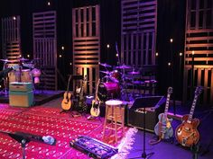 Cody Sifford from Pawleys Island Community Church in Pawleys Island, SC brings us this pallet/light bulb/rug design. Bühnen Design, Tv Set Design, Stage Set Design, Church Stage Design, Event Design, Design Ideas, Youth Decor, Pallet Light, Concert Stage Design