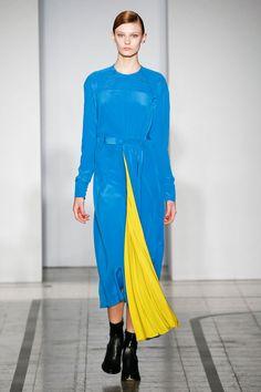 Mila Schön - look 20 LEI – Dress in macro honeycomb silk crêpe marocain with geometric pleats.