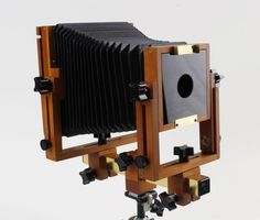 4x5 inch / 9x12 cm view camera / wooden camera on optical bank by Bender Photographic, USA. Large-format wooden camera in extremely good condition. For photography with sheet film; for collectors; for exposition purposes, educational purposes, etc. See photos. In the first 11 photos this is the object that is offered here. The tripod head that is also shown is not part of this lot. The final 2 photos are to clarify the use of the camera with lens and show its settings.
