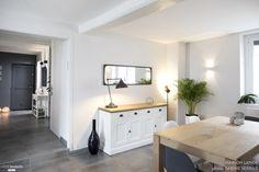 Cette jolie maison à Heyrieux a été complètement rénovée. L'entrée se veut plus fonctionnelle et accueillante. Pour mettre en valeur l'escalier en pierre, celui-ci a été ouvert sur l'entrée. Les poutres au plafond ont été conservées. La cuisine offre un bel espace de repas aux ambiances scandinaves. Une verrière entre la cuisine et l'entrée permet de conserver la lumière traversante et le volume existant. Côté pièce à vivre : le salon et la salle à manger offre une ambiance ch...