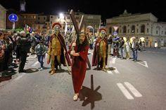 Centinaia di fedeli per la via crucis inedita del Venerdì santo   Cronache Maceratesi Street View