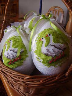 Haftowane pisanki Wielkanocne Cross Stitch Bird, Cross Stitch Borders, Cross Stitch Designs, Cross Stitching, Cross Stitch Embroidery, Cross Stitch Patterns, Embroidery Designs, Basket Crafts, Diy Ostern