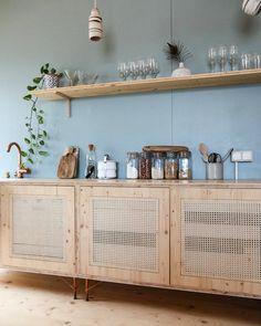 Vivre avec l'essentiel en compagnie d'@alexandrereignier #wood #lifestyle #naturel #deco #cannage #kitchen #light @margauxkellerdesign