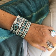 Bracelets d'inspiration amérindienne à assortir …Bracelets d'inspiration amérindienne à…Surfer's Charm Pack Loom Bracelet Patterns, Bead Loom Bracelets, Bead Loom Patterns, Beaded Jewelry Patterns, Gold Bracelets, Bracelet Designs, Handmade Bracelets, Silicone Bracelets, Bead Jewelry