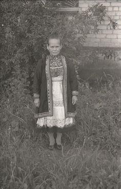 Новиньков Юрий Алексеевич (Фотограф)Фотонегатив пленочный. Стафеева Е.А. в марийском костюме (тувыр, нагрудник «яш», белый фартук «ондилак сакме», черный халат «шимдллан»). Хипстеры, Стиль, Мода