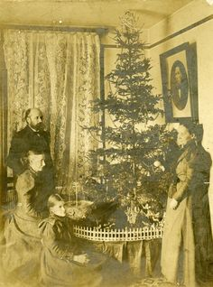 vintage everyday: 20 Rare Vintage Photos of Christmas from the Victorian Era Old Time Christmas, Christmas History, Old Fashioned Christmas, Christmas Past, Christmas Fashion, Outdoor Christmas, Christmas Christmas, Vintage Christmas Photos, Antique Christmas