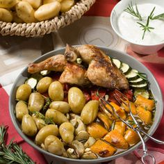 Kartoffeln waschen. Paprikaschoten waschen, entkernen und in große Stücke schneiden. Zucchini waschen und in 2 cm dicke Scheiben schneiden. Zwiebeln...