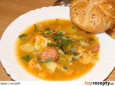 Zeleninová polévka  -  sytá Zelenina - kapusta hlávková 1/3 hlávky, mrkev 3 + 1 ks, brambory  2 ks, květák, čínské zelí 1/3, cibule, česnek 1 + 3 stroužky, celer (dle chuti), pór 1/2, sádlo 2 lžíce(olej), mouka hladká 3 lžíce( nemusí být), paprika sladká mletá 3 lžičky, sůl, kmín, nové koření 3 ks, pepř celý 3 ks, bob.list, vývar (voda se zeleninovou kostkou), klobása 2 nožičky (jiná libovolná uzenina), kousek špeku, libeček, petrželka, celer.nať.