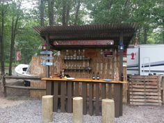 How to build a pallet Tiki bar? Get some inspiration with this Tiki bar! I used two wood pallets and one board for the top. Wooden Pallet Bar, Wooden Pallet Projects, Pallet Crafts, Pallet Ideas, Outdoor Projects, Pallet Barn, Outdoor Ideas, Wooden Slats, Patio Ideas