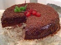 Receita de Bolo de Chocolate Sem Farinha - Massa:, açucar de confeiteiro para untar, manteiga para untar, 1 colher (sopa) de fermento em pó, ½ xícara (chá) de fécula de batata, 1 xícara (chá) de chocolate em pó, 1 lata de leite condensado, 4 ovos (claras separadas), Recheio e cobertura:, chocolate granulado para polvilhar, 1 colher (sopa) de manteiga, 4 colheres (sopa) de chocolate em pó
