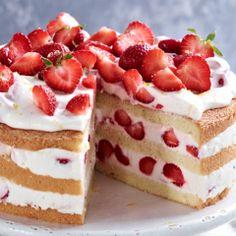 """""""Beerenhunger""""? Diese Torte besteht aus Erdbeeren, zarter Zitronencreme und lockerem Biskuit und ist gar nicht so schwer zu backen…"""