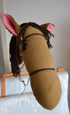 DIY: Steckenpferdchen: Eine ausgiebige Anleitung zum Steckenpferdchen selberbauen. Mit einem Socken und Besenstil als Basis.